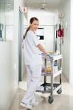 Technik Pcha Medyczną furę W szpitalu Obraz Royalty Free