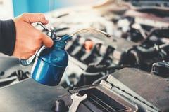 Technik ręki pracuje w auto remontowej usługi i utrzymania samochodzie samochodowy mechanik obraz stock