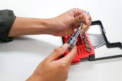 Technik ręki trzymają śrubokręt dla naprawy i utrzymania Obrazy Stock