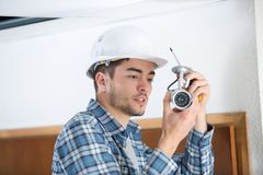 Technik sprawdza cctv kamerę Fotografia Stock