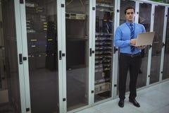 Technik używa laptop podczas gdy analizujący serweru Obrazy Stock