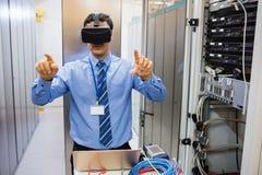 Technik używa wizualną rzeczywistości słuchawki Obrazy Stock
