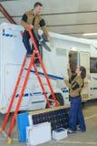 Technik umieszcza antenę w karawanie Fotografia Royalty Free