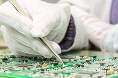 Technik und Qualitätskontrolle in QC-Labor Stockfotos