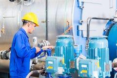 Technik w fabryce przy maszynowym utrzymaniem Obraz Royalty Free