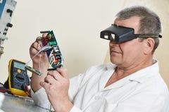 Technika inżynier przy pracą z mikroukładem Fotografia Royalty Free