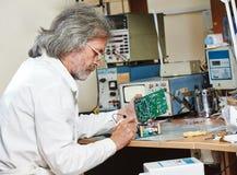 Technika inżynier przy pracą z mikroukładem Zdjęcia Royalty Free