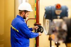 Technika inżynier zamyka bramy klapę na wodnym rurociąg w przemysłowej fabryce zdjęcia royalty free