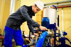 Technika pracownik na przemysłowej fabryce obrazy stock