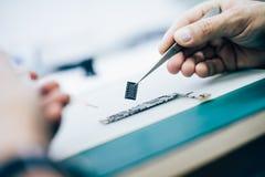 Technika remontowy mikroukład i płyta główna telefon komórkowy w e Fotografia Stock