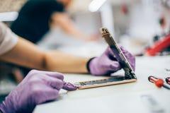 Technika remontowy wadliwy telefon komórkowy w elektronicznym smartphone t Zdjęcia Royalty Free