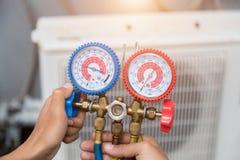 Techniker überprüft Klimaanlage stockbilder