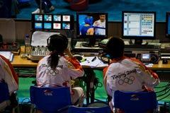 Techniker überwachen die olympische Sendung Stockbild
