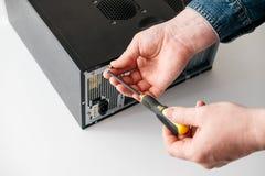 Techniker bauen Computer mit einem Schraubenzieher für Problemdiagnose auseinander stockbilder