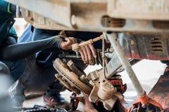 Techniker bauen die Antriebsachse des Autos im garag auseinander stockfotos