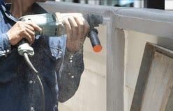Techniker benutzen Metallrohr-Bohrmaschinen stockfotografie