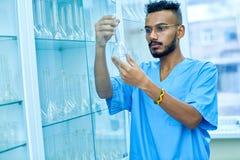 Techniker Checking Test Tubes stockfoto