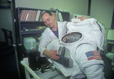 Techniker demonstriert Spacesuit $1 Million am Raum-Lager, George C Marshall Space Flight Center, Huntsville, AL stockfotografie