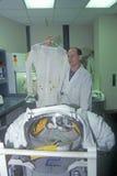 Techniker demonstriert Spacesuit $1 Million am Raum-Lager, George C Marshall Space Flight Center, Huntsville, AL stockbild