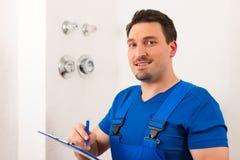Techniker, der den Wasserzähler liest Lizenzfreies Stockfoto