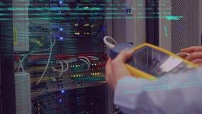 Techniker, der die Server überprüft stock video footage