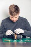 Techniker, der Digitalkamera repariert Stockfotografie