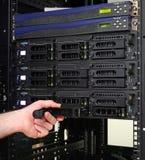 Techniker, der ein Festplattenlaufwerk ersetzt Lizenzfreie Stockfotografie