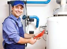 Techniker, der eine Heißwasserheizung repariert Stockfotos