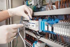 Techniker, der fusebox repariert lizenzfreie stockfotos