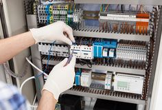 Techniker, der fusebox repariert stockfotografie