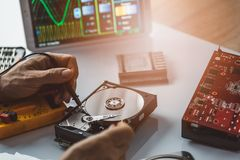 Techniker, der gebrochenes Festplattenlaufwerk repariert Stockbilder
