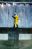 Techniker, der giftige Substanz trägt Lizenzfreie Stockbilder