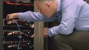 Techniker, der Laptop verwendet, um Server zu analysieren stock video footage