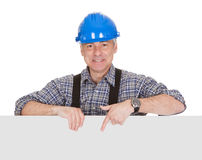 Techniker, der leeres Plakat hält Stockbild