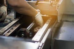 Techniker, der Maschine repariert lizenzfreie stockbilder