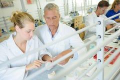 Techniker, die im zahnmedizinischen Labor arbeiten lizenzfreies stockbild