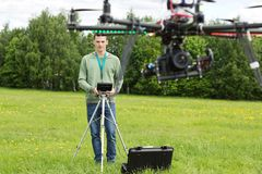 Techniker-Flying UAV-Hubschrauber lizenzfreie stockfotografie