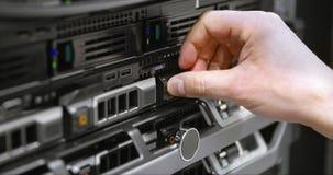 IT-Techniker installieren Festplattenlaufwerk in Blattserver im datacenter Lizenzfreie Stockbilder