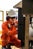 Techniker, Instrumenttechniker auf dem Job kalibrieren oder functio Lizenzfreie Stockfotografie