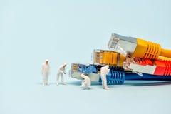 Techniker mit mehrfarbigen Netzkabeln stockbild