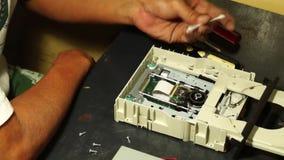 Techniker säubert Laser-Kopf oder optische Linse Festplattenlaufwerks DVD stock video