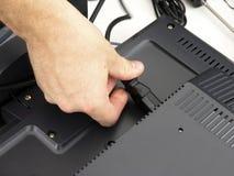 Techniker schließt Computer an Stockbild