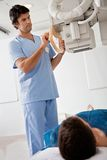 Techniker Taking Patients Röntgenstrahl Stockbild
