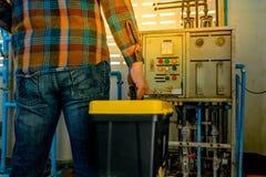 Techniker und Werkzeugkasten lizenzfreie stockbilder