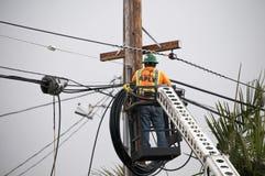 Techniker Working mit Lichtwellenleitern Stockfotos
