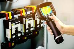 Technikergebrauchswärmebildkamera, zum von Temperatur in Fa zu überprüfen Lizenzfreies Stockfoto