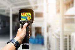 Technikergebrauchswärmebildkamera, zum von Temperatur in Fa zu überprüfen Stockfotos