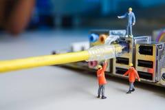 Technikerversuch zum Verbindungskabeldrahtnetz angeschlossen stockbild