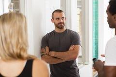 Techniki rozpoczęcia drużynowa dyskutuje strategia w standup spotkaniu Obraz Royalty Free