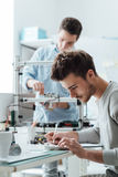 Technikstudenten, die im Labor arbeiten Stockfoto